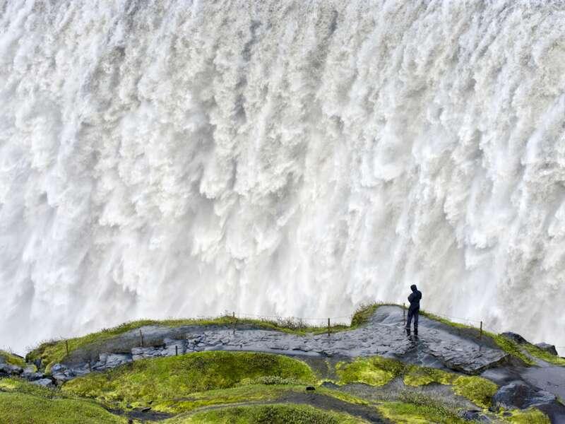 Die umfassende Studienreise durch Island ist reich an grandiosen Landschaftseindrücken und Naturerlebnissen. Am Dettifoss im Norden der Insel rauscht das Wasser dröhnend in die Tiefen des Jökulsargljufur-Nationalparks hinab.