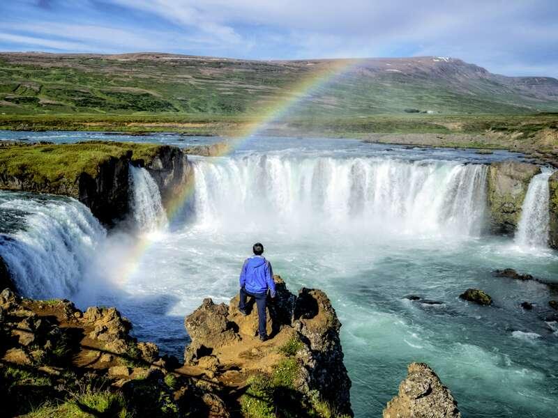 Spektakuläre Ausblicke gibt es auf unserer Studienreise Island - Vulkaninseln im Atlantik viele - hier einen Regenbogen über dem Wasserfall Godafoss.