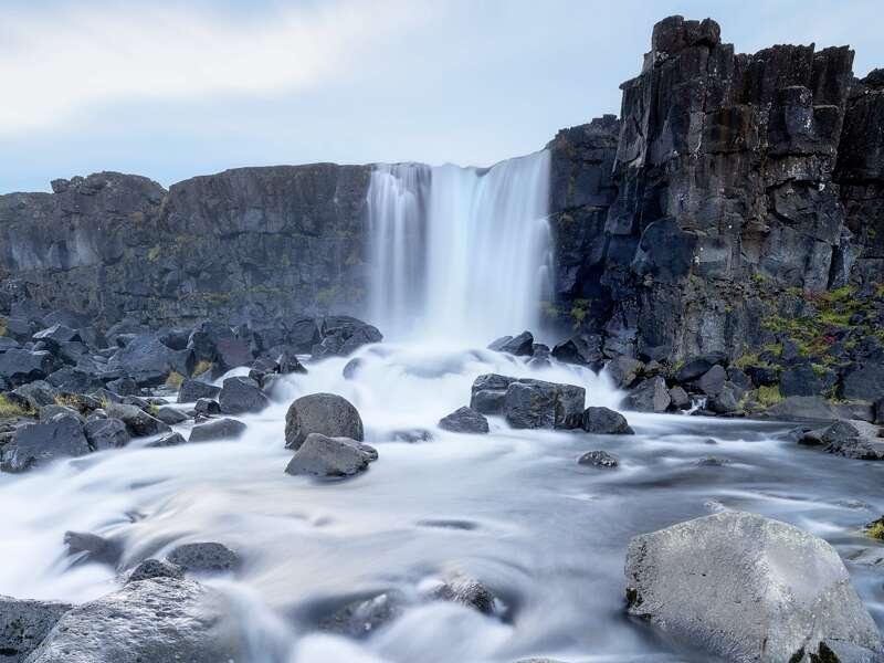 Auf unserer zehntägigen Natur-Studienreise durch Island gibt es unzählige Wasserfälle zu bestaunen. Hier der Oxararfoss, ein Wasserfall im Nationalpark Thingvellir (UNESCO-Welterbe).