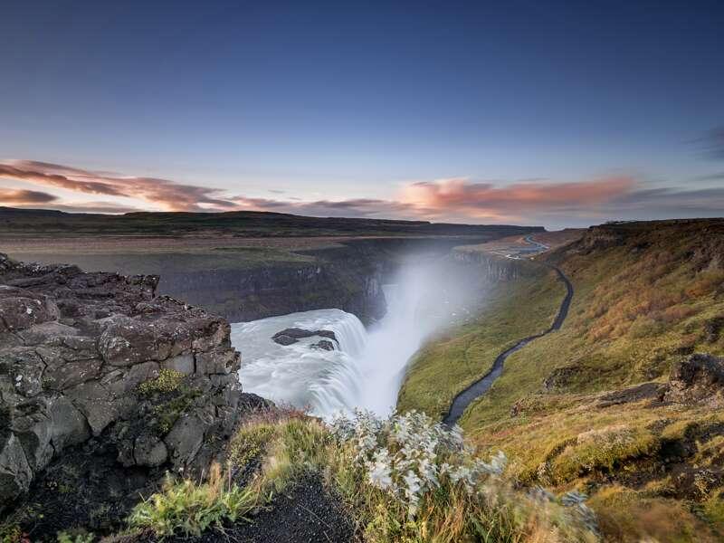 Auf der Studiosusreise -Island unter dem Polarkreis- geht es auf der Ringstraße einmal um die Insel. Wir haben viele Gelegenheiten die einzigartigen Naturschauspiele uns näher anzuschauen. Im Süden beeindruckt uns der Wasserfall Gullfoss, dort tost das Wasser über zwei Stufen in die Tiefe.