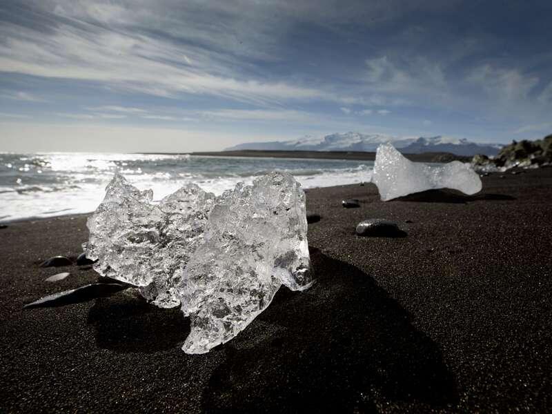 Eines der vielen Highlights unserer PreisWert-Studienreise Island -  unter dem Polarkreis: Am Diamantstrand liegt das Gletschereis auf dem schwarzen Lavasand.