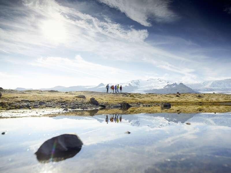 Eines der vielen Highlights unserer PreisWert-Studienreise Island -  unter dem Polarkreis: Wir spazieren an der Gletscherlagune Fjallsarlon entlang und kommen den blauen Eisbergen ganz nahe. Unter dem Eispanzer des Vatnajökulls (UNESCO-Welterbe) arbeiten aktive Vulkane.