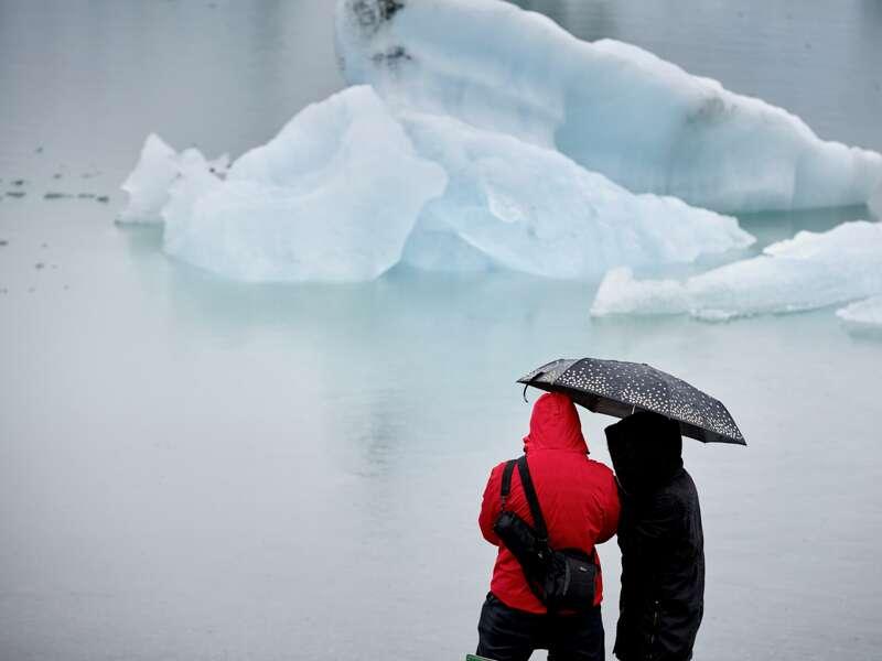 Auf unserer Rundreise durch Island beeindrucken uns die mannigfaltigen Landschaften aus Feuer und Eis. An der Gletscherzunge Skaftafellsjökull kommen wir dem Eis ganz nahe. Und beim Spaziergang an der Gletscherlagune Fjallsarlon treiben die Eisberge direkt an uns vorbei.