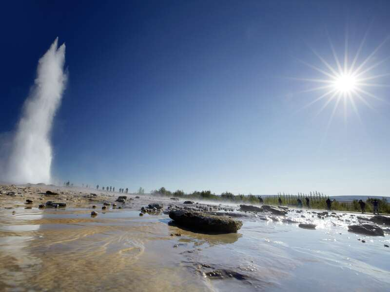 Spektakuläre Augenblicke und Orte gibt es auf unserer PreisWert-Studienreise Island - Insel aus Feuer und Eis. Ein aktiver Geysir in fels- und wasserreichem Gelände ist auf Island keine Ausnahme, sondern eher die Regel. Wir besuchen den Geysir Strokkur.