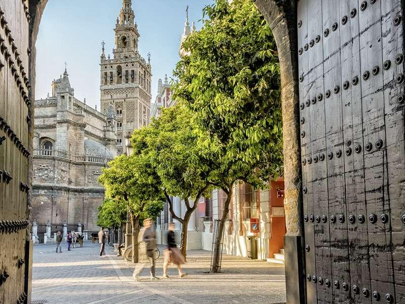 Die Kathedrale von Sevilla mit ihrem berühmten Glockenturm La Giralda ist ein Highlight unserer kompakten Studienreise durch Andalusien.