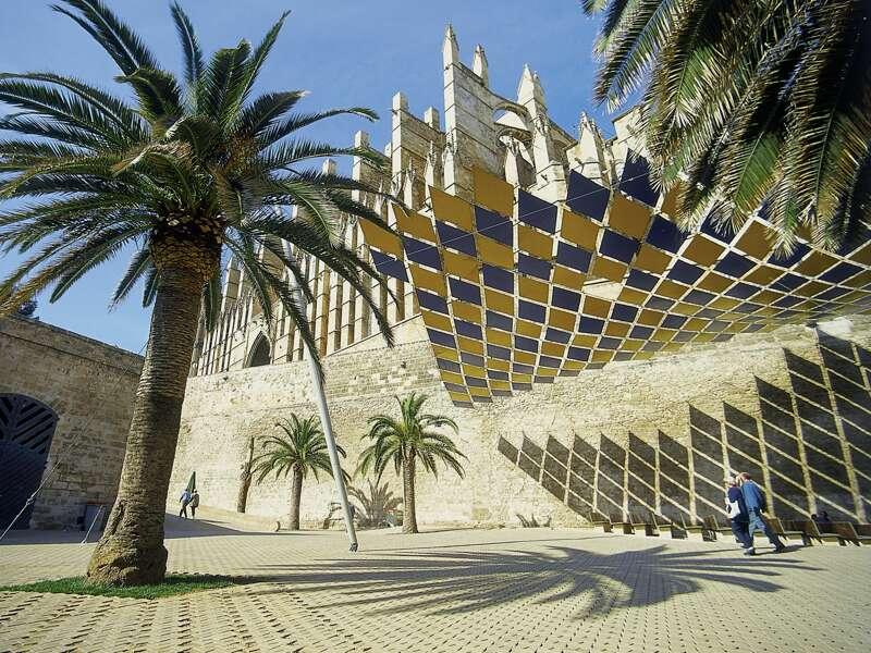 Wir erkunden Palma auf unserer Wanderstudienreise nach Mallorca und besuchen die Kathedrale, die arabischen Bäder und kosten köstliches Schmalzgebäck beim Leuteschauen