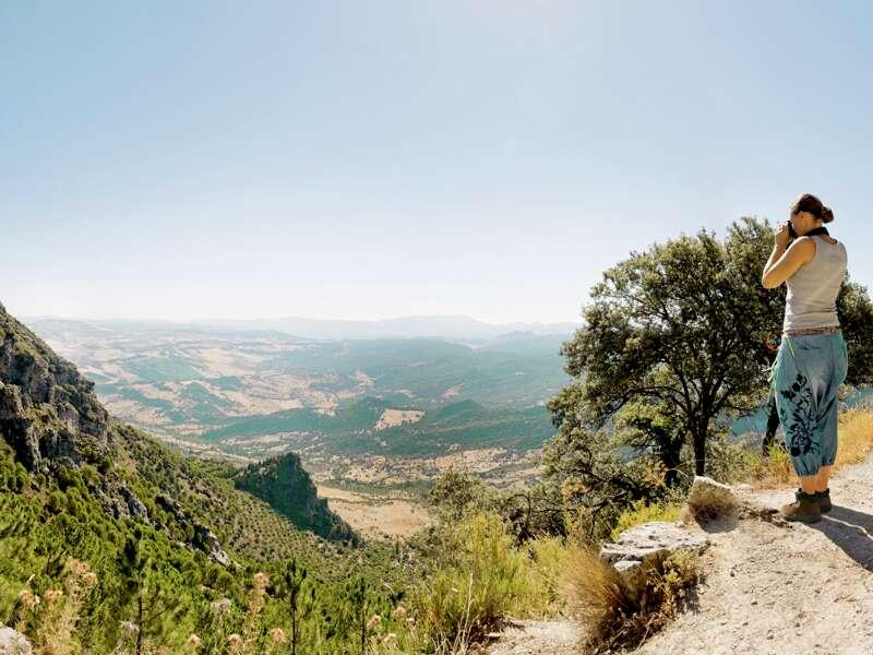 Wir wandern im Naturpark Sierra de Grazalema in Andalusien zwischen knorrigen Steineichen und schroffen Kalkrücken und genießen die Stille und Panoramablicke in der Bergidylle.