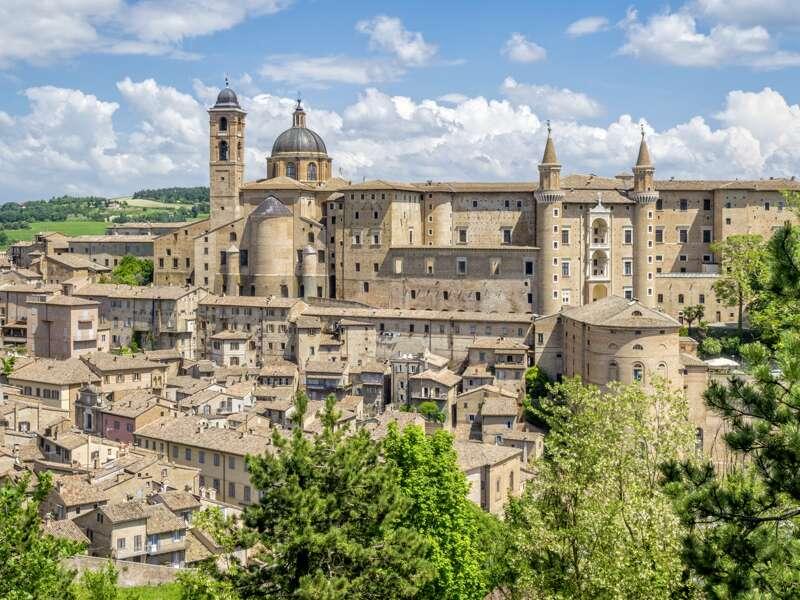 Auf unserer klassischen Studienreise zwischen Apennin und Adria besichtigen wir in Urbino den mächtigen Palazzo Ducale. Der unter  Herzog Federico da Montefeltro entstandene Palast ist heute Nationalgalerie  und voller Werke von Piero della Francesca und Raffael, dem berühmtesten Sohn der Stadt.