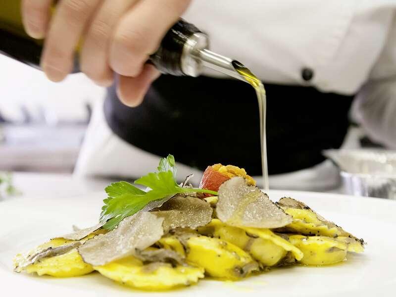 Auf unserer klassischen zehntägigen Studienreise Bologna-Ravenna-Urbino genießen wir natürlich auch die Kulinarik der Regionen Emilia-Romagna und Marken, zum Beispiel bei einem Trüffelessen.