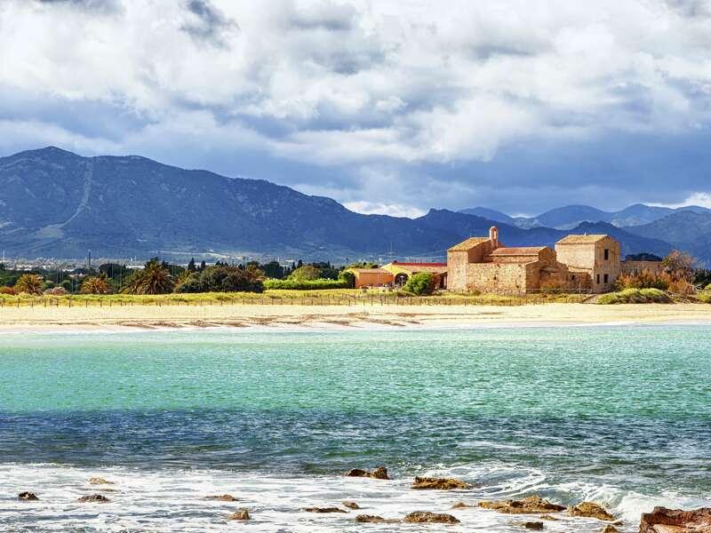 Unsere achttägige Studienreise Sardinien - Höhepunkte bietet eine schöne Mischung aus Natur- und Kulturerlebnissen. Hier ein Landschaftspanorama an der malerischen Costa del Sud.