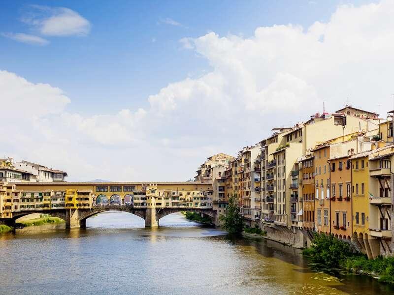 Während unserer klassischen Studienreise nach Florenz besuchen wir natürlich auch die Brücke Ponte Vecchio in Florenz, die Schmuckmeile über dem Arno.