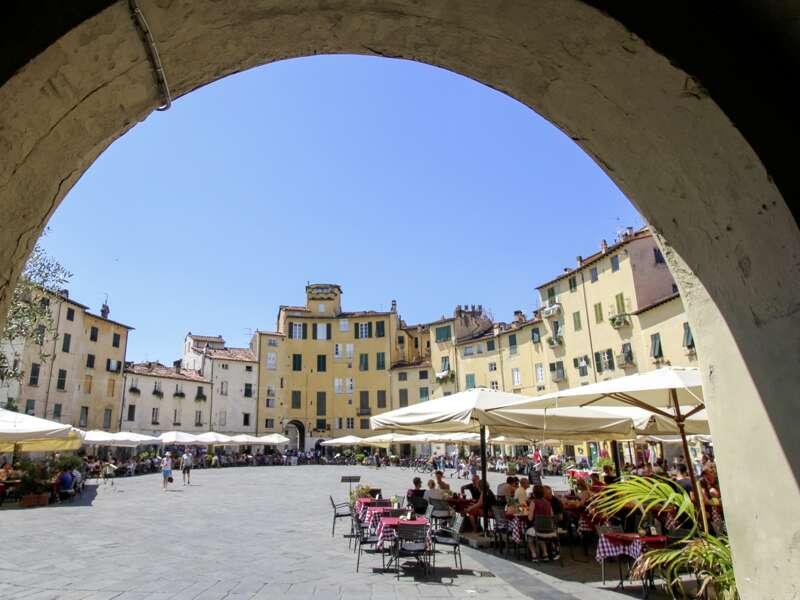 Lucca ist mit seinem breiten Stadtwall unverkennbar. Durch mittelalterliche Gassen schlendern wir auf unserer Studienreise zum Dom und zur Piazza dell'Anfiteatro.