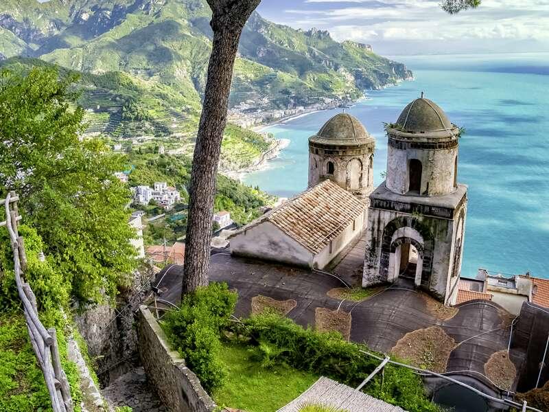 Auf unserer neuntägigen Studienreise Golf von Neapel - umfassend erleben besuchen wir auch das malerisch gelegene Ravello an der Amalfiküste in Kampanien.