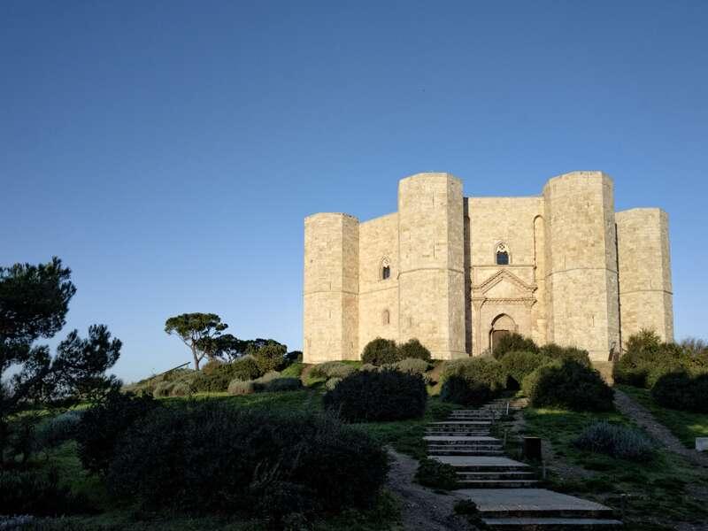 Auf dieser achttägigen Studienreise lernen wir alle Höhepunkte Apuliens kennen. Einer davon ist das selbstbewusst auf einem Berg thronende und noch immer rätselhafte Castel del Monte.