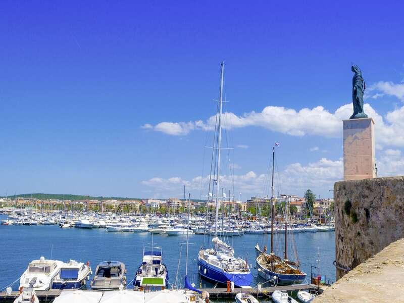 Auf unserer elftägigen Studienreise Sardinien - mit Muße erleben Sie in geruhsamen elf Tagen die landschaftlichen und kulturellen Höhepunkte der Insel. Malerisch: der Hafen von Alghero im Nordwesten Sardiniens.
