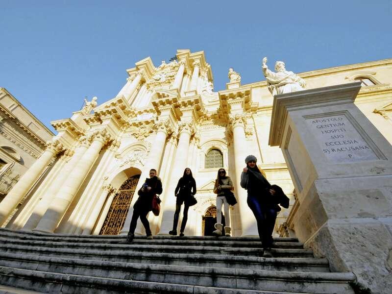 Auf dieser umfassenden Studienreise durch ganz Sizilien reisen wir in 14 Tagen quer durch die Inselgeschichte. Die Mischung aus Kultur und Natur ist ausgewogen, am zehnten Tag bewundern wir die Kathedrale von Syrakus.