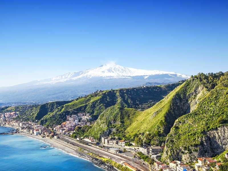 Wir wandeln in Taormina auf Goethes Spuren zum griechisch-römischen Theater, genießen auf unserer Rundreise über Sizilien immer wieder die Blicke aufs Meer hinunter und hinüber zum rauchenden Ätna.
