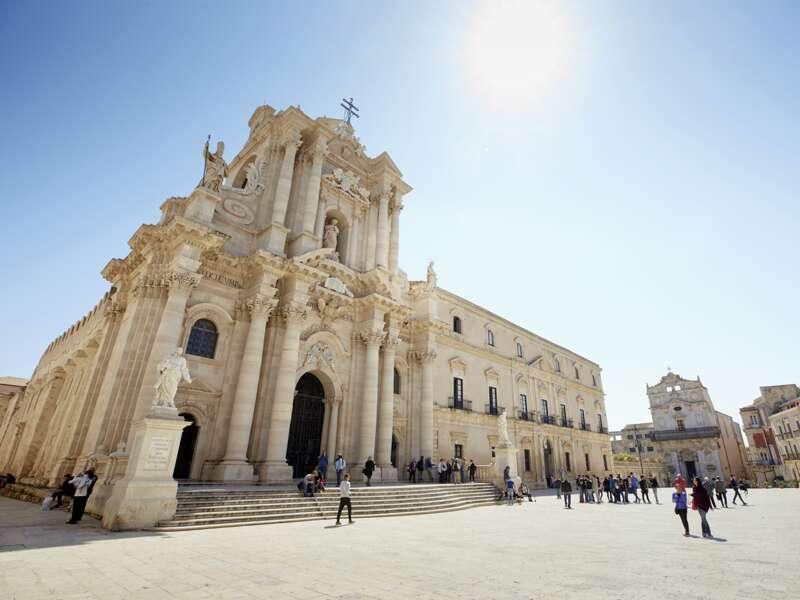 Auf der Studienreise nach Sizilien können Sie gemeinsam mit Ihrem Reiseleiter einen Auslfug nach Syrakus, einer der schönsten sizilianischen Städte, unternehmen.