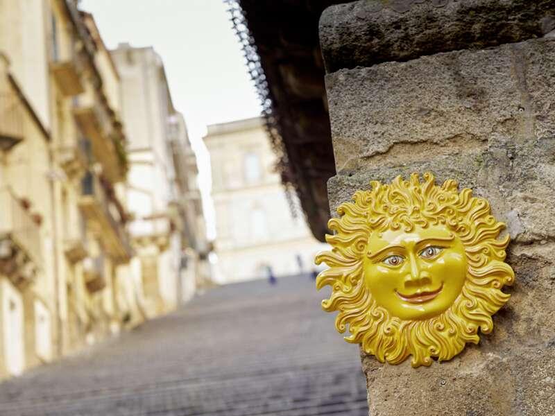 Natürlich freuen wir uns auf unserer achttägigen PreisWert-Studienreise über die wichtigen Sehenswürdigkeiten Siziliens. Doch oft sind es die kleinen Dinge, die uns lächeln lassen. Diese Sonne strahlt jedenfalls das ganze Jahr über.