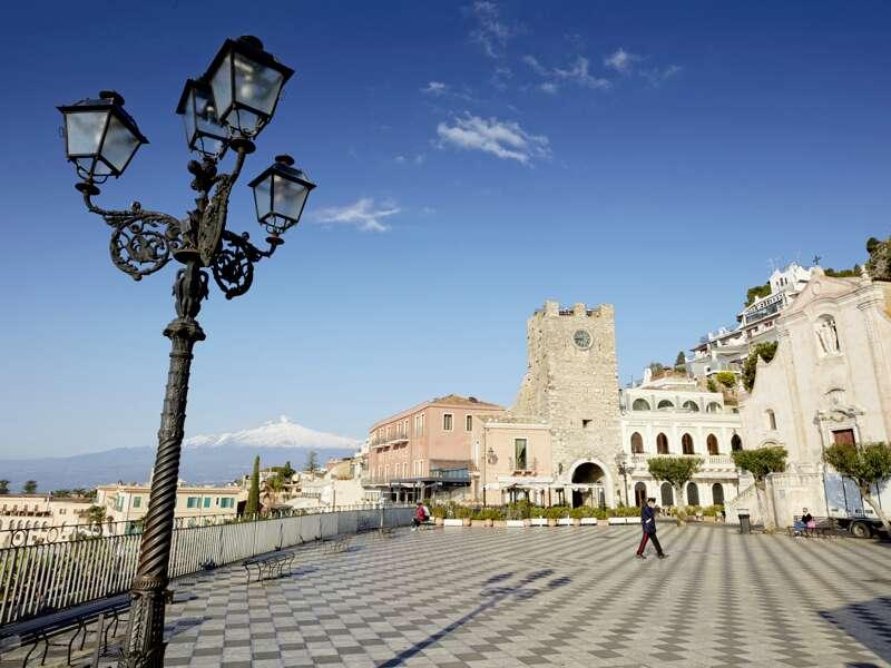 Auf unserer achttägigen PreisWert-Studienreise nach Sizilien besuchen wir Taormina und staunen über sein prächtiges Panorama. Taorminas Stadtkulisse bietet nach wie vor reichlich Glamour - und der Ätna ist auch nicht weit!