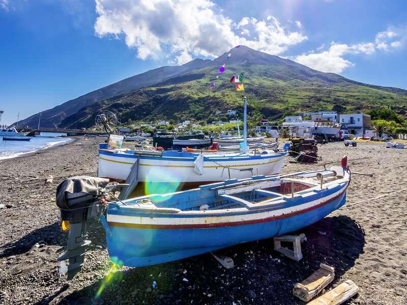 Der Stromboli ruft! Auf der gleichnamigen Insel brechen wir zu einer ausgiebigen Wanderung zum Kraterrand des Vulkans auf - eines der vielen großartigen Erlebnisse auf unserer Studienreise über die Äolischen Inseln.