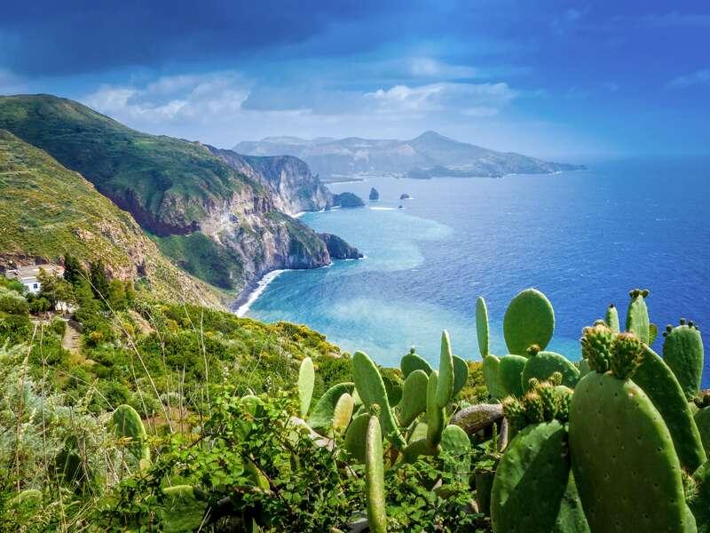 Die Äolischen Inseln, auf die uns unsere WanderStudienreise führt, sind ein Juwel im Mittelmeer. Sie bieten alles, was man für einen perfekten Urlaub braucht: Wanderwege, Badebuchten, Berge, das Meer, Fernblicke ...