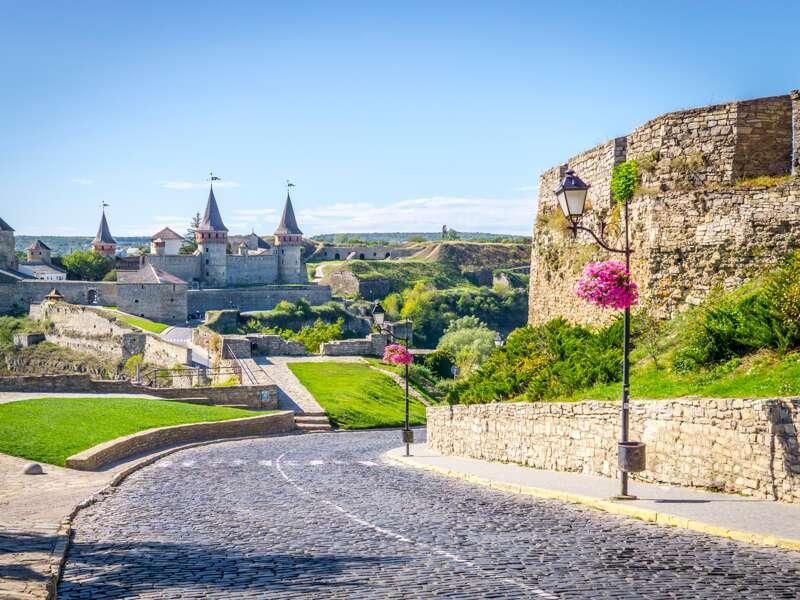 Die Ukraine im Kreuzungspunkt der Kulturen - das ist das Motto dieser  zehntägigen Studienreise. Mit der gewaltigen mittelalterlichen Festungsanlage von Kamenets Podilsky in Podolien versuchte Polen einst seine Südostgrenze zu schützen. Der Blick auf die Silhouette der zinnenbekrönten Mauern hat Gänsehautpotenzial.