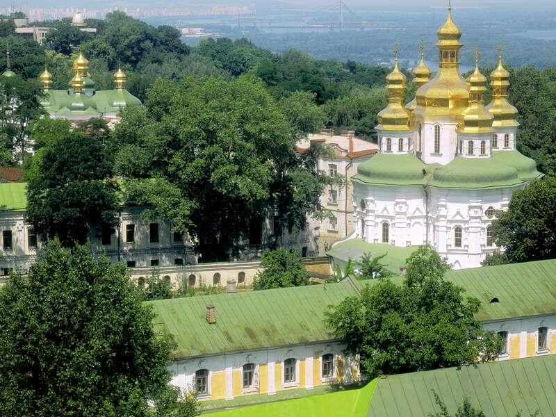 Auf unserer Studienreise in die Ukraine erleben wir wahrhaft goldene Momente. Bei Kerzenlicht steigen wir ins Tunnellabyrinth des Höhlenklosters Mariä Himmelfahrt (UNESCO-Welterbe) hinab, wo fromme Mönche ihren ewigen Frieden finden.