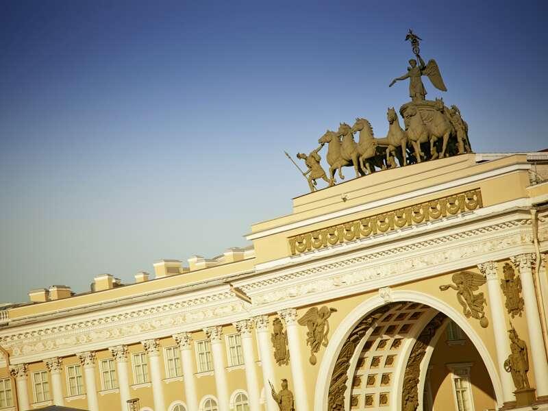 Bei unserer morgendliche. Stadtrundfahrt kommen wir unter anderm bei dem Senatsgebäude und beim Winterpalast vor. Überall Gegensätze: riesig die Statue Peters des Großen am Dekabristenplatz, winzig die Mosaiksteine in der Auferstehungskathedrale.
