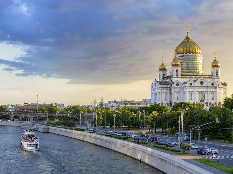 Auf unserer elftägigen Kreuzfahrt-Studienreise von Moskau nach St. Petersburg bewundern wir vom Schiff aus viel Sehenswertes. Die goldenen Kuppeln der Christ-Erlöser-Kathedrale schauen wir uns bei unserer Moskauer Stadtrundfahrt genauer an.
