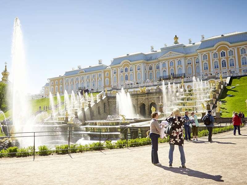 Zum großen Finale unserer Kreuzfahrt-Studienreise von Moskau nach St. Petersburg wird in Peterhof, der Sommerresidenz Zar Peters des Großen, zum Panoramablick von der Terrasse des Großen Palastes die Petersburger Hymne erklingen.