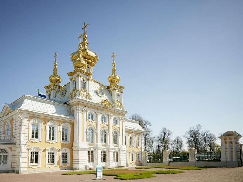 Die Schlosskirche in Peterhof liegt in den weitläufigen Parkanlagen der barocken Schlossanlage.