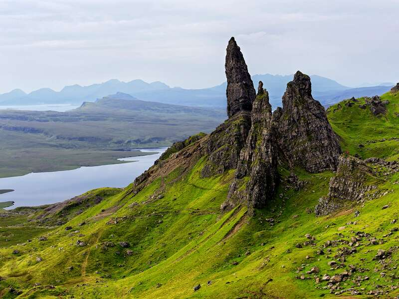 Unsere umfassende 13-tägige Studienreise durch Schottland ist gespickt mit landschaftlichen Höhepunkten. Etwa der 48 m hohen Felsnadel des Old Man of Storr auf der Insel Skye, die zu den Inneren Hebriden gehört.