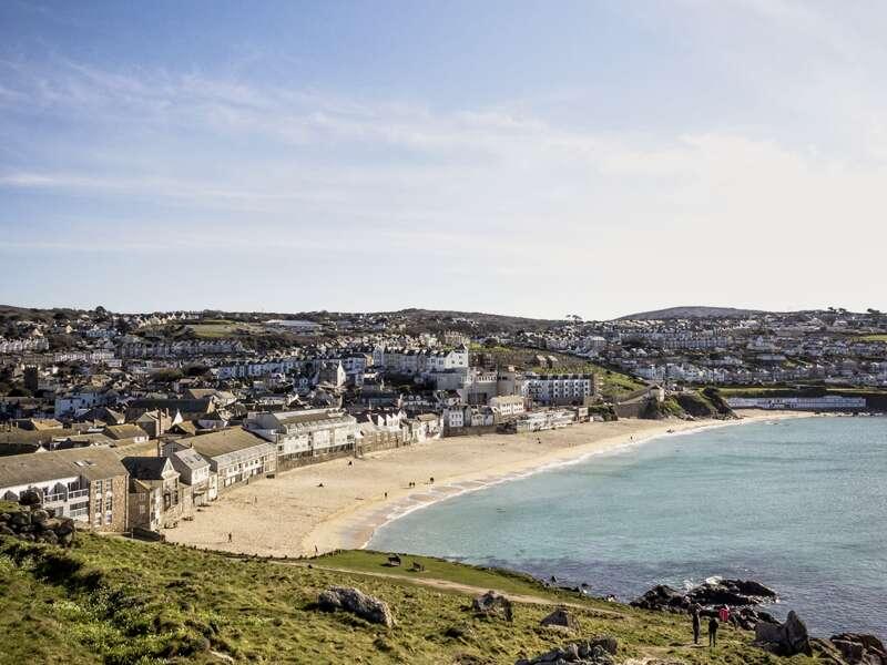 Sie finden, St Ives sieht aus wie Porthkerris in den Rosamunde-Pilcher-Filmen?  Stimmt, das ehemalige Fischerdorf inspirierte die Bestsellerautorin. Karibikgrün schimmert das Meer zwischen dem Hafen und feinen Sandstränden, und beim gemeinsamen Spaziergang fangen wir mit unseren Kameras den größten Schatz des Ortes ein: das magische Licht, das seit eh und je Künstler in den Westen Cornwalls lockt.