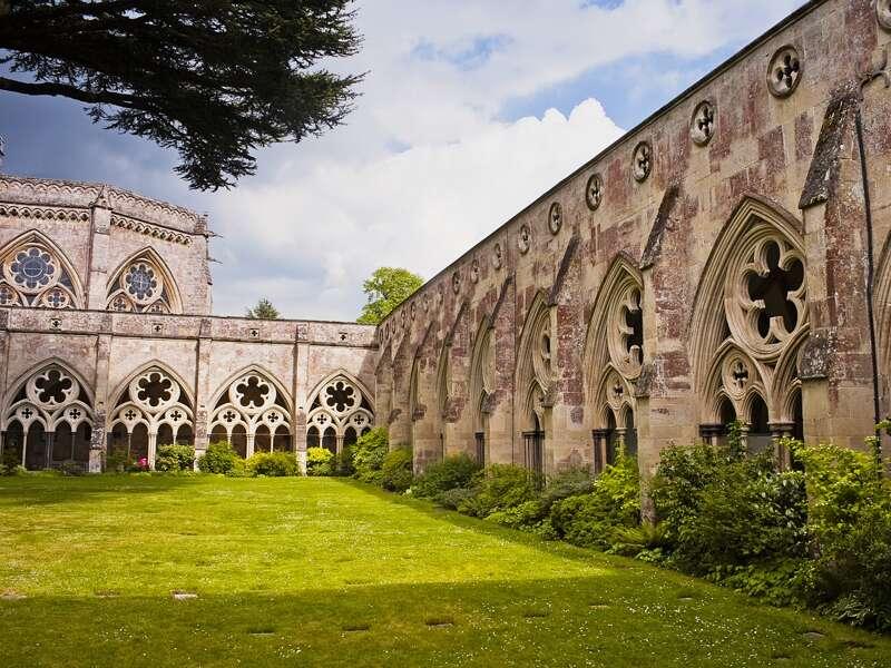 Auf unserer Studienreise Südengland - Landschaft und Gartenkunst besuchen wir auch den Kreuzgang von Salisbury Cathedral mit dem Kapitelhaus.