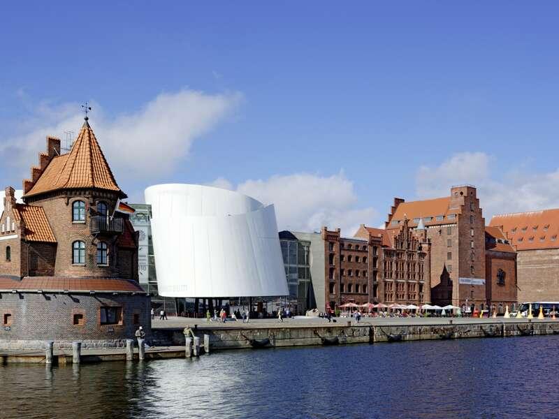 Kreuz und quer führt uns unser Spaziergang durch die alte Hansestadt Stralsund, unser Standort für mehrere Nächte. Tradition und Moderne treffen am Hafen aufeinander, wo sich der futuristische Bau des Ozeaneums in die alte hanseatische Architektur eingliedert.