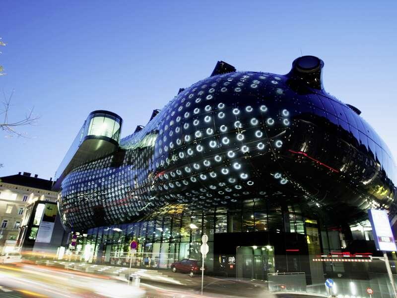 Erleben Sie auf dieser neuntägigen Studienreise das Salzkammergut und die Steiermark in all ihren Facetten: faszinierende Landschaften, gastfreundliche Menschen und spektakuläre Kulturbauten wie hier das Kunsthaus Graz mit seiner futuristischen Fassade.