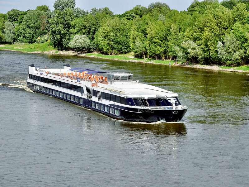 Gleiten Sie mit der MS Sans Souci von Stralsund über vorpommersche Ostseeinseln bis zum Stettiner Haff und weiter über Oder und Havel nach Berlin.