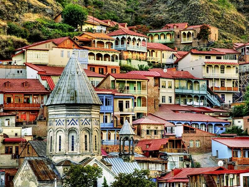 Auf unserer Rundreise durch Georgien entdecken wir das alte und das neue Gesicht von Tiflis: Metechi-Kirche, Sioni-Kathedrale und Schwefelbäder in der Altstadt, Marjanishvili-Platz, Zaarbriukeni-Platz und Flohmarkt an der Trockenen Brücke in Neu-Tiflis.