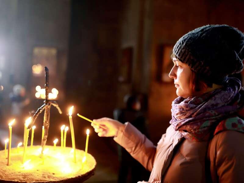 Das orthodoxe Osterfest hat in georgien eine viel größere Bedeutung als Weihnachten: Der Palmsonntag ist einer der wichtigsten Feiertage, und bereits in der Nacht zum Gründonnerstag werden im ganzen Land die Osterfeuer entzündet.