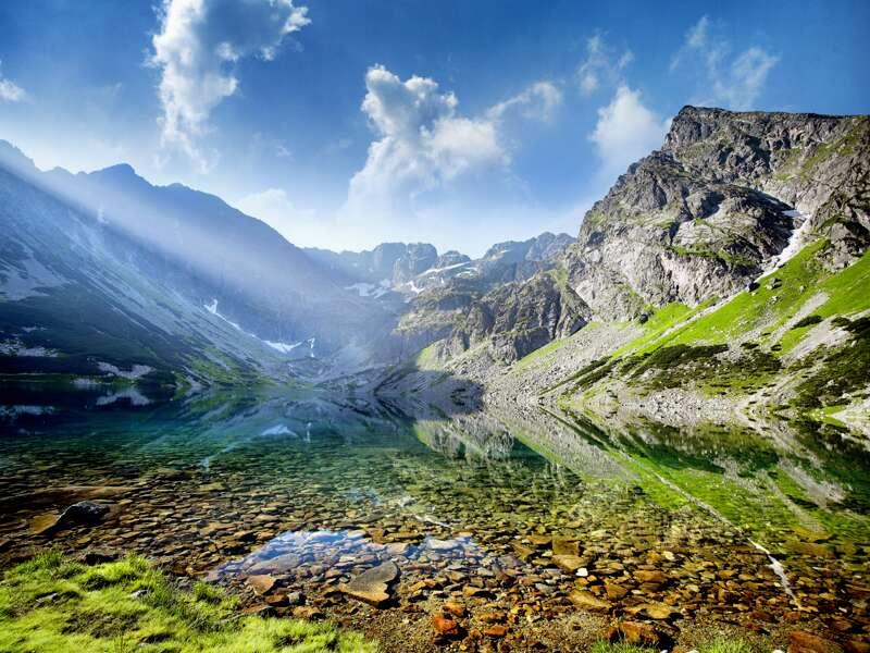 Klein, aber oho: die Hohe Tatra! Wir entdecken das kleinste Hochgebirge der Welt auf slowakischer und polnischer Seite mit ihren idyllischen Bergseen und schroffen Gipfeln.